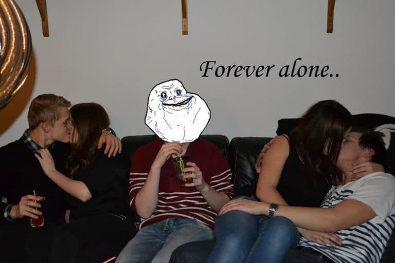 Forever Alone en una sesión de sexo en grupo